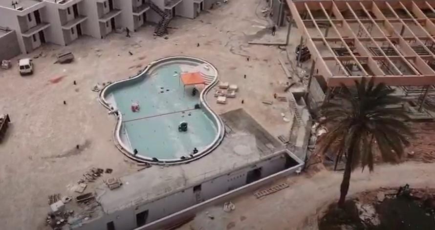 וידיאו: חיפוי פסיפס בבריכת השחייה הראשית מלון דרים איילנד